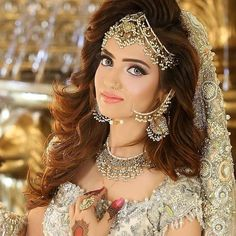 Kashee's – Artist beauty parlor makeup hairstyle and mehandi designs price list. bridal makeup for party event Pakistani Bridal Hairstyles, Pakistani Bridal Makeup, Pakistani Bridal Dresses, Bridal Lehenga, Indian Bridal, Wedding Dresses, Bridal Makup, Wedding Lehanga, Bride Hairstyles
