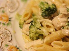 Penne cu pui si broccoli - Carrefour - Pentru o viata mai buna Penne, Broccoli, Macaroni And Cheese, Food And Drink, Pizza, Vegetables, Cooking, Ethnic Recipes, Kitchen