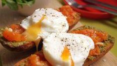 Sweet potato rosti, avocado & poached egg | Miam Miam & Yum Poached Eggs, Bruschetta, Mozzarella, Sweet Potato Rosti, Avocado Rose, Healthy Egg Breakfast, Tomato Pesto, Cherry Tomatoes
