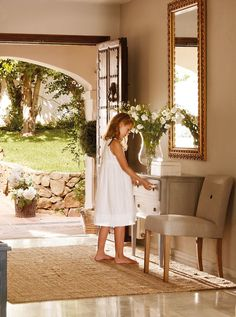 At home with children. Entrance Gates, House Entrance, Beautiful Interiors, Beautiful Homes, Casa Patio, Mediterranean Homes, Tuscan Style, Home Decor Kitchen, Entryway Decor