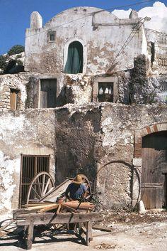 Puglia PESCHICI 1968: L'UOMO CHE RIPARA LE RUOTE   #TuscanyAgriturismoGiratola