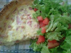 Tarta de jamón y queso con guarnición