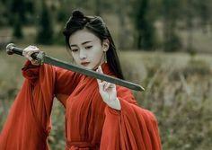 Không những là Đát Kỷ xấu nhất lịch sử Hoa Ngữ, Ngô Cẩn Ngôn còn bị chê có nhan sắc tệ nhất 'Triều ca' Traditional Fashion, Traditional Outfits, Dual Swords, China Girl, Chinese Clothing, Ancient China, Prince And Princess, Drama, Pose Reference