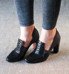 Chie Mihara Fall 2015 Osuna Like! Cute Shoes, Me Too Shoes, 1920s Shoes, Shoe Boots, Shoes Sandals, Hipster Shoes, Heeled Loafers, Beautiful Shoes, Shoe Collection