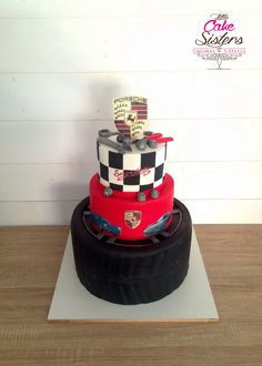 """gâteau / cake design """"porsche"""" 1er niveau pneu, second rouge avec impression alimentaire, dernier effet damier, outils fait main en pâte à sucre, logo en impression alimentaire"""