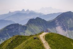Dreierlei Gipfelerlebnisse in Fribourg Region - Reisetipps Mai, Wanderlust, Mountains, Nature, Travel, Travel Advice, Viajes, Traveling, Nature Illustration