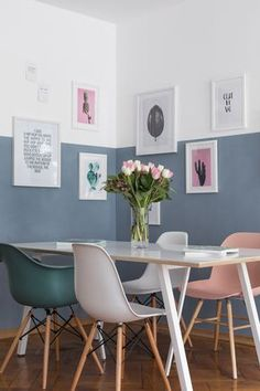 Wand halb Blau gestrichen mit gerahmten Bildern