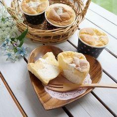ふわっふわのシフォンケーキの中からたっぷりあふれ出てくる生クリームがたまらない「とろ生シフォン」。誰でも簡単にできちゃう「極上とろ生シフォン」の作り方をご紹介します。アレンジレシピと合わせてぜひチェックしてみてくださいね! Sweets Recipes, Easy Desserts, Cake Recipes, Homemade Sweets, Cafe Food, Mini Cakes, No Bake Cake, Bakery, Sweet Treats