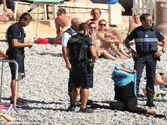 Polis paksa wanita Islam buka baju di pantai   Polis di Perancis bertindak memaksa seorang wanita menanggalkan pakaian dipakainya di kawasan pantai dengan disaksikan pengunjung lain yang turut berada di kawasan tersebut ketika itu.  Wanita Muslim dipaksa buka baju renang  Wanita Muslim dipaksa buka baju renang  Memetik laporan Dailymail empat pegawai polis kelihatan membuat rondaan dengan cota dan penyembur air lada di pantai Promenade des Anglais di Nice.  Wanita itu dirakam sedang…