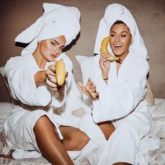 Swipe for awesome easy banana skin mask 🍌 photoshoot Cute Friend Pictures, Bff Pics, Friend Photos, Besties, Bestfriends, Shooting Photo Amis, Best Friend Fotos, Shotting Photo, Insta Photo Ideas