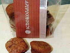 Kleine Schokobiskuit-Kekse mit feiner Konvertüre