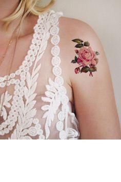 La rose sur l'épaule