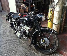 Moto BMW (bike) restaurada, estacionada en Manuel Montt, Providencia, Chile, en febrero de 2012