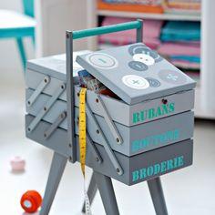 Une boîte à couture peinte au pochoir