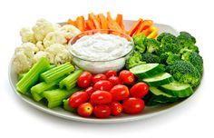 Rauwe groenten schotel met dipsaus