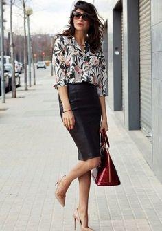 Черная юбка карандаш в сочетание с шифоновой блузкой с мелким ярким принтом