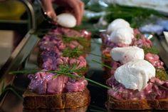 Sildesalat  - På smørristet franskbrød med pocheret æg, løg og grønt