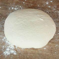 1. Smula ner jästen i en bunke. Tillsätt vattnet och blanda tills jästen lösts upp. Tillsätt socker, olja, salt och vetemjöl, lite i taget. Rör ihop allt till en smidig deg och knåda den kraftigt i några minuter. Artisan Bread Recipes, Dairy, Cheese, Food, Essen, Meals, Yemek, Eten