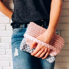 Find a free pattern for this lovely knitted clutch on the blog. Using t-shirt yarn it will perfectly macth summer outfit.