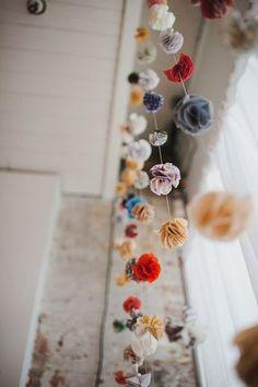 少し小さめの花を、たくさん作ったら、糸を通して垂らしてみるとインテリアに。シンプルな白いカーテンと合わせると、うるさくなく、そこだけ目をひく空間になります。