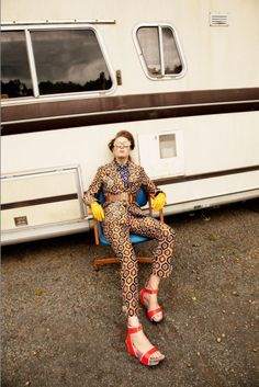 Bright colours, retro prints, cat eyes shades and scarves. This editorial isall about retro glam pop look. Fashion Poses, 70s Fashion, Fashion Shoot, Trendy Fashion, Fasion, Fashion Trends, High Fashion Models, Dashiki Shirt, Editorial Hair
