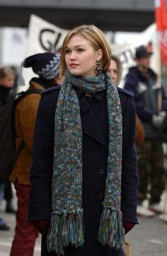 Julia Stiles from Bourne Supremacy.Love her hair in this! Julia Stiles Hair, Bourne Movies, Jason Bourne, Celebs, Celebrities, Great Hair, York, Her Hair, Hair Inspiration