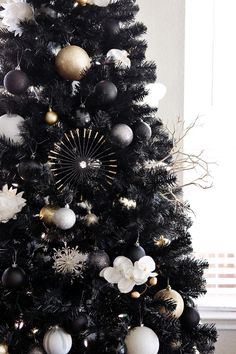 35 Black Christmas Tree Ideas 'coz everything else is just Background Noise - Hike n Dip - - I bet you agree that there is something magnetic and irrestible about the color black! Why not try some elegant Black christmas tree ideas for Christmas? Black Christmas Tree Decorations, Black Christmas Trees, Ribbon On Christmas Tree, Christmas Tree Design, Modern Christmas, Gold Christmas, Winter Christmas, Merry Christmas, Rustic Christmas