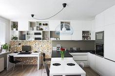 Kuchyň je vyrobená na míru, kdy kuchyňská část je tvořena uzavřenými skříňkami, které pozvolna přecházejí do prostoru pracovny, kde se stříd...