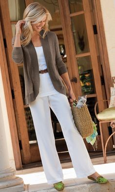 Love the white on white warmed with a rich brown cardy. And the kitten in the basket - well that's just too presh.