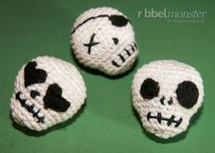 To crochet a amigurumi skull is a cinch with this free crochet pattern. So you crochet very quickly a creepy amigurumi skull for halloween as decoration Crochet Skull Patterns, Halloween Crochet Patterns, Crochet Patterns Amigurumi, Crochet Dolls, Cute Crochet, Crochet Crafts, Yarn Crafts, Crochet Projects, Knit Crochet