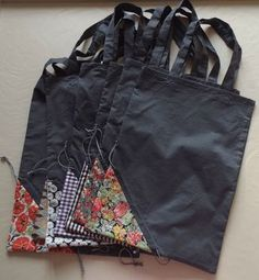 Larger scraps for bag, small scraps for pouch. Link to tutorial French) Bag Patterns To Sew, Sewing Patterns, Retail Bags, Diy Tote Bag, Couture Sewing, Patchwork Bags, Fabric Bags, Market Bag, Reusable Bags