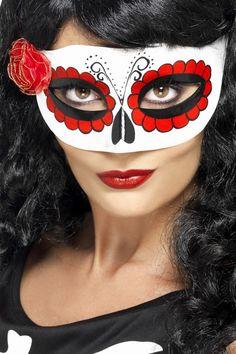 Loup coloré avec petite rose femme : Ce loup mexicain en plastique est décoré de motifs représentatifs de la fête des morts.Une petite fleur en tissu rouge est collée sur le côté droit du...