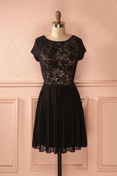 Elle accompagna sa robe noire de scintillantes boucles d'oreilles de diamants.  She paired her little black dress with sparkly diamond earrings. Elicia - Black lace dress www.1861.ca