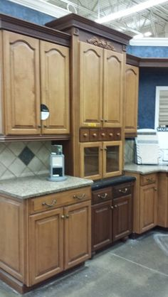 Another great example of Diamondback splash with the contrasting cabinet colors