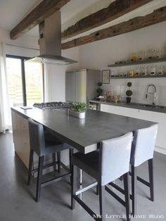Cuisine moderne, maison ancienne, poutres apparentes, ilôt central avec espace repas