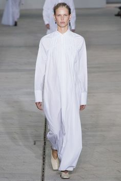 Jil Sander Spring 2018 Ready-to-Wear Fashion Show Collection: See the complete Jil Sander Spring 2018 Ready-to-Wear collection. Look 4 Quirky Fashion, Big Fashion, White Fashion, Runway Fashion, Ladies Fashion, Jil Sander, Fashion Week 2018, Spring Fashion Trends, Business Outfits
