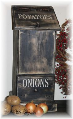 Primitive Potato Onion Bin by OldeThymesHomeDecor on Etsy Primitive Furniture, Primitive Crafts, Wood Crafts, Primitive Country, Rustic Furniture, Potato And Onion Bin, Potato Box, Wood Projects, Woodworking Projects
