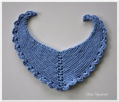 Strikker for tiden Baby Knitting Patterns, Baby Patterns, Crochet Patterns, Crochet Bebe, Knit Crochet, Bandana Bib Pattern, Baby Barn, Diy Buttons, Crochet Collar