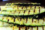 Zucchini senkrecht in viertel schneiden, dann in eine Zipper Tüte legen, Olivenöl drüber giessen, dann gerieben Zitronenschale drüber verteilen, dann etwas Zitrone drüber träufeln, Salz und Pfeffer dazu geben und dann die Zipper Tüte schliessen. Alles schütteln so das es sich gut verteilt. 20 Minuten einziehen lassen und dann einfach auf den Grill legen. Guten Appetit.
