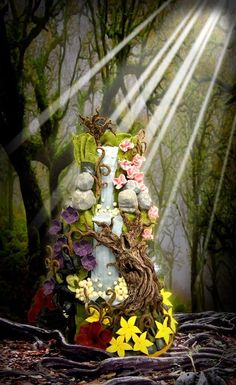 Enchanted forest wedding cake with waterfall, inspired by The Wizard of Oz  Keywords: #forestweddings #jevelweddingplanning Follow Us: www.jevelweddingplanning.com  www.facebook.com/jevelweddingplanning/