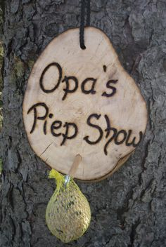 Da wird der Opa sich freuen: Endlich seine eigene *Piep Show* :-) Hier habe ich eine urige _Vogelfutterstation_ gefertigt. Die Schrift ist mit einem Profi-Brennpeter sehr tief ins Holz...