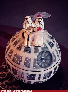 Storm Troopers on a Death Star cake. Fpr the Star Wars fan in you. Star Wars Wedding Cake, Star Wedding, Wedding Cakes, Wedding Topper, Wedding Ideas, Geek Wedding, Camo Wedding, Floral Wedding, Wedding Reception