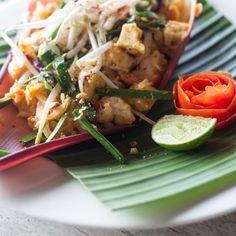 Wer zu Besuch in Thailand ist, kommt an Pad Thai nicht vorbei. Das Nationalgericht, das in jeder Gasse als Street Food angeboten wird, zeichnet sich durch einen süß-sauren Aromen-Mix aus, der süchtig macht.
