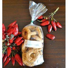 Taralli al Peperoncino del panificio I Sapori della Tradizione, sono preparati con farina, vino bianco, olio d'oliva, sale, peperoncino.