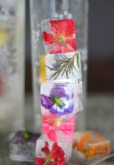 Floral Ice Bucket and Edible Flower Ice Cube Wedding Ideas - Mon Cheri Bridals Ice Cube Recipe, Flower Ice Cubes, Flavored Ice Cubes, Fruit Ice, Festa Party, Summer Diy, Summer Bash, Wedding Summer, Summer Ideas