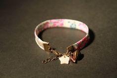 Ce bracelet est un Bracelet Liberty en Biais de coton fleuries de couleur blanc, rose et vert avec breloque gland en bronze, sequin étoile de nacre et perle swarovski rose sur app - 7021493