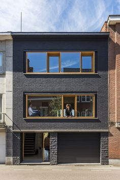 In beeld: Minimaal budget, maximaal effect Townhouse Exterior, Modern Townhouse, Townhouse Designs, Narrow House Designs, Small House Design, Modern House Design, Brick Architecture, Facade House, Exterior Design