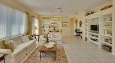 Dieses Offene Konzept Wohnzimmer Ist In Den Farben Creme Von Den Weißen  Wänden Mit Einer Fast