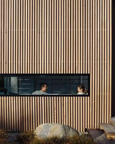 River Retreat by Edwards White Architects sees a casual informality applied to the bold timber-clad residential form of a contemporary light-filled home. Wood Cladding Exterior, Cedar Cladding, Wood Facade, House Cladding, Design Hotel, House Design, Architecture Résidentielle, Home, Interior Stairs