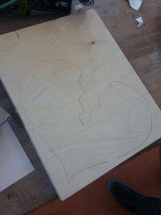 Dit is het eerste ontwerp van mijn gebroken hart dat ik uit ga zagen deze les heb ik namelijk zeven plankjes op elkaar gelijmt en vast gezet. Toen het gedroogd was heb ik een een gebroken hart op getekend volgende les ga ik het hart uitzagen